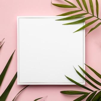 Plat lag groene bladeren samenstelling met leeg frame