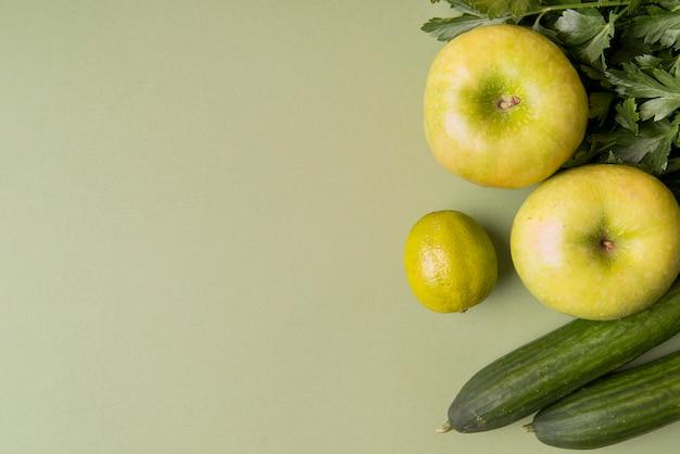 Plat lag groene groenten en fruit met kopie-ruimte