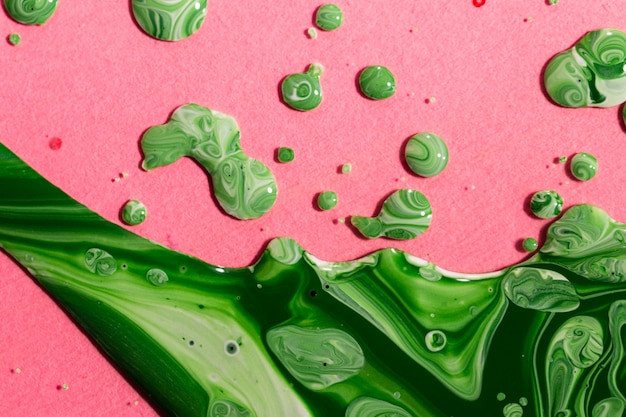 Plat lag groene verf op roze achtergrond