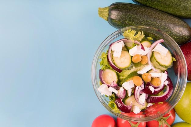 Plat lag groenten, fruit en salade met kopie-ruimte