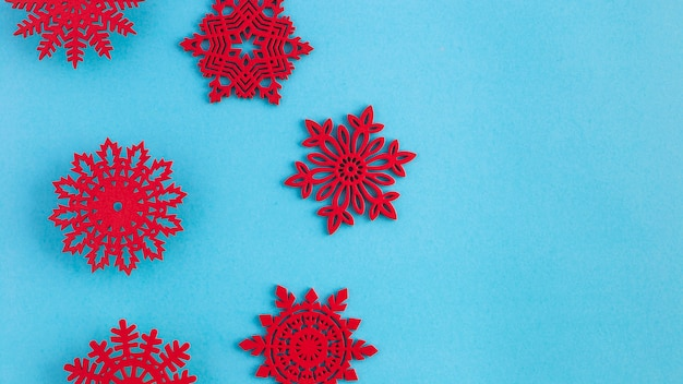 Plat lag handgemaakte rode sneeuwvlokken