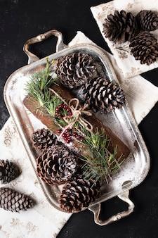 Plat lag heerlijke cake speciaal gemaakt voor kerstmis