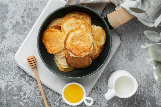 Plat lag heerlijke pannenkoeken en honing