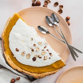 Plat lag heerlijke taart met hazelnoten