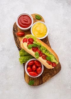 Plat lag hotdog met groenten