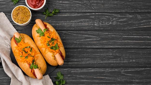 Plat lag hotdogs met kopie-ruimte