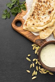 Plat lag indiaas eten met saus