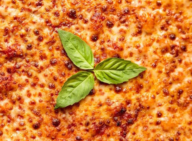 Plat lag kaas pizza met basilicum
