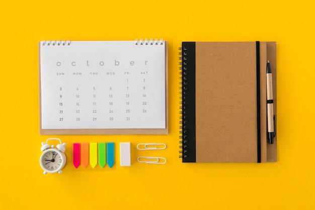 Plat lag kalender en kantooraccessoires