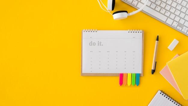 Plat lag kalender en koptelefoon kopie ruimte