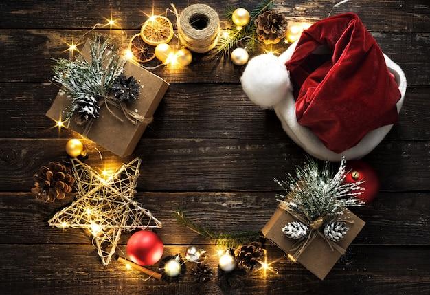 Plat lag kerstkrans decoratie lichten donker houten bovenaanzicht