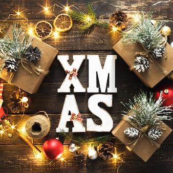 Plat lag kerstmis word xmas krans decoratie lichten houten bovenaanzicht