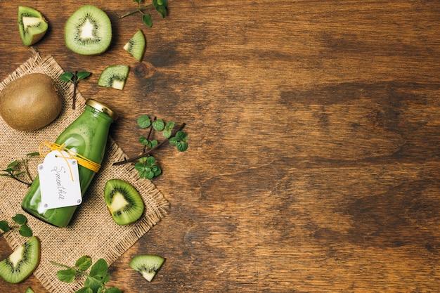 Plat lag kiwi-smoothie met kopie ruimte