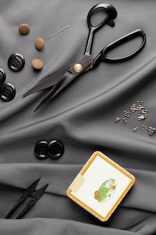 Plat lag kleermakersitems op zijde
