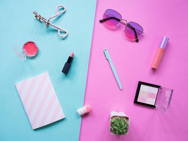 Plat lag kleurrijk van cosmetische accessoires met lege ruimte voor tekst.