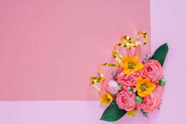 Plat lag kleurrijke bloemen samenstelling, schoon leeg voor tekst, kopie ruimte