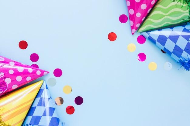 Plat lag kleurrijke feestmutsen met kopie-ruimte