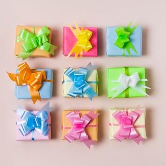 Plat lag kleurrijke geschenken op tafel