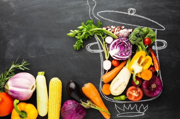 Plat lag kleurrijke groenten op krijtpot