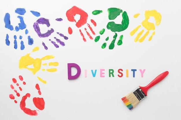 Plat lag kleurrijke handen op witte achtergrond