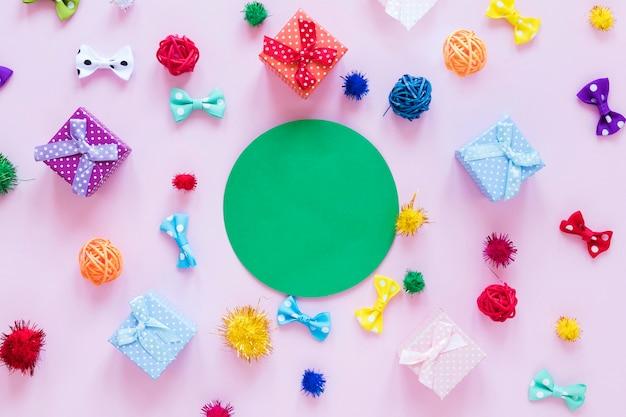Plat lag kleurrijke linten en geschenken