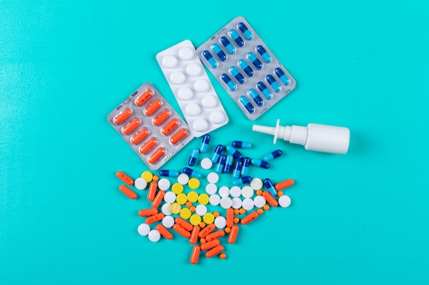 Plat lag kleurrijke pillen met neusspray