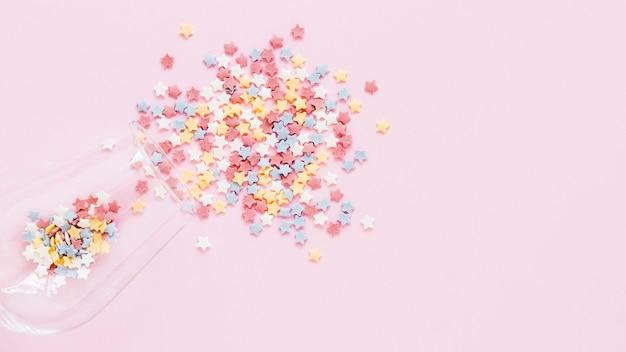 Plat lag kleurrijke snoep op roze achtergrond