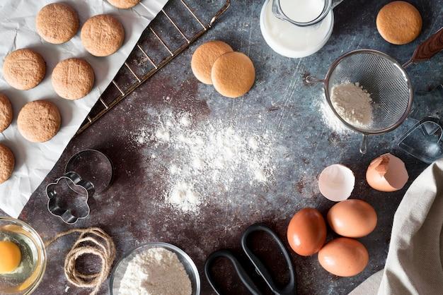 Plat lag koekjes met bloem en eieren