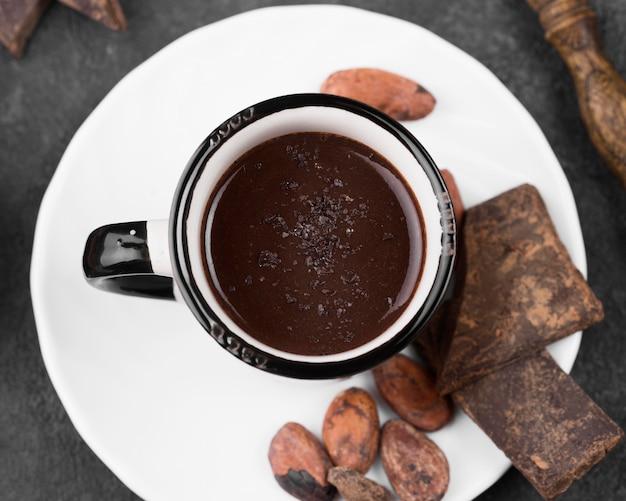 Plat lag kopje warme chocolademelk
