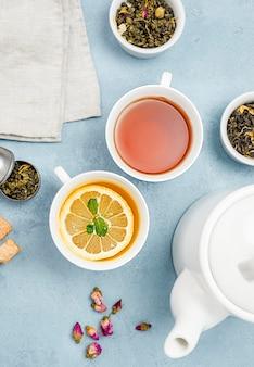 Plat lag kopjes met thee op bureau