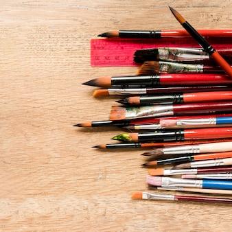 Plat lag kunstenaarsborstel en potloden