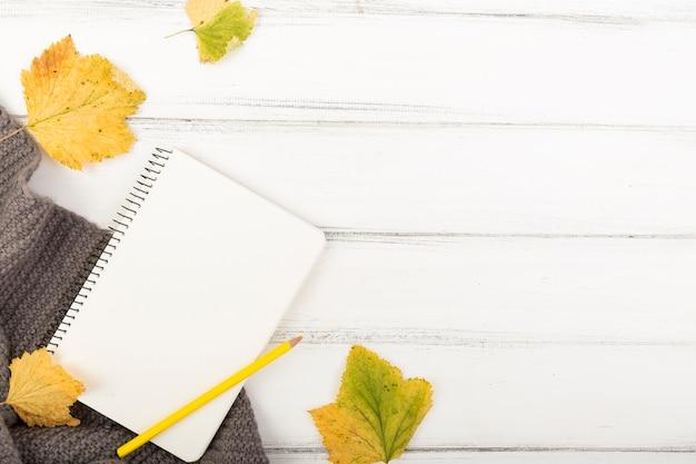 Plat lag lege notebook en pensil met kopie ruimte