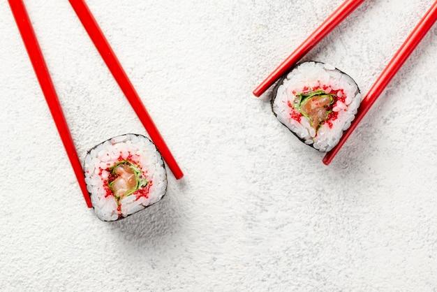 Plat lag maki sushi broodjes en eetstokjes