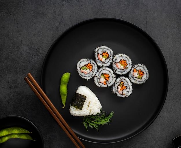 Plat lag maki sushi met rijst en eetstokjes