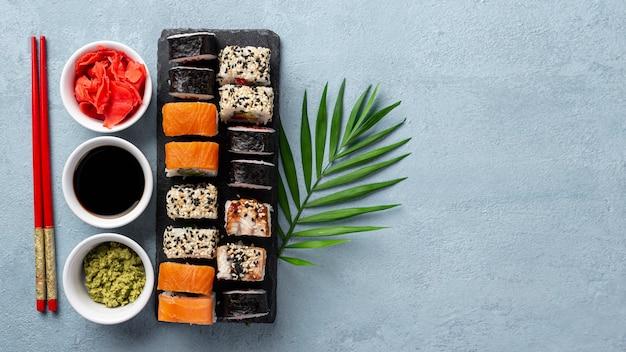Plat lag maki sushi rolt eetstokjes en sojasaus met kopie ruimte