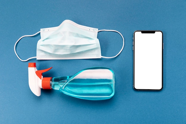 Plat lag medisch masker met lege telefoon