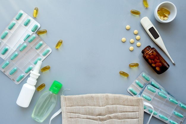 Plat lag medische accessoires voor de gezondheidszorg en pillen op blauw