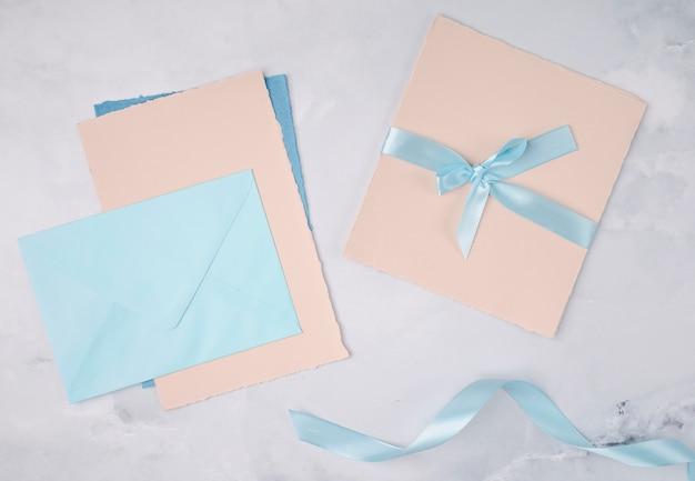 Plat lag meisjesachtige decoratie voor huwelijksuitnodigingen