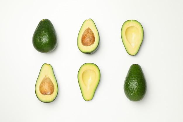 Plat lag met avocado op witte achtergrond, bovenaanzicht