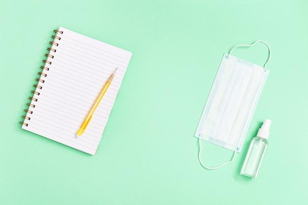 Plat lag met briefpapier voor school, onderwijs en persoonlijke beschermingsmiddelen.