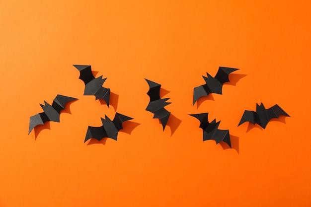 Plat lag met decoratieve vleermuizen op oranje tafel, kopie ruimte