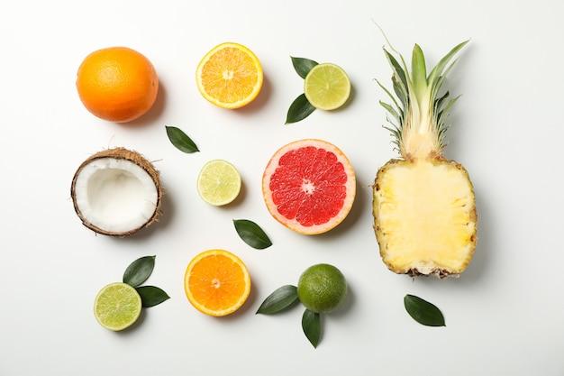 Plat lag met exotische vruchten op witte achtergrond, bovenaanzicht