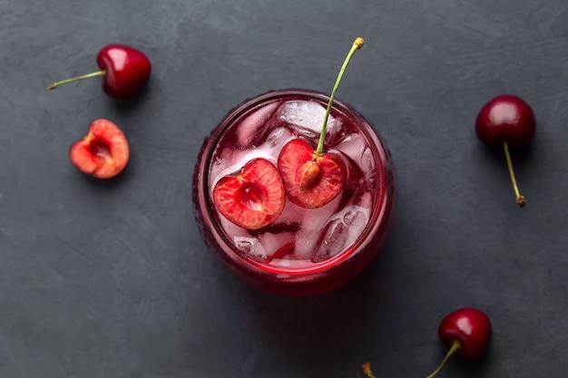 Plat lag met fruitdrank gemaakt van kersen en ijs