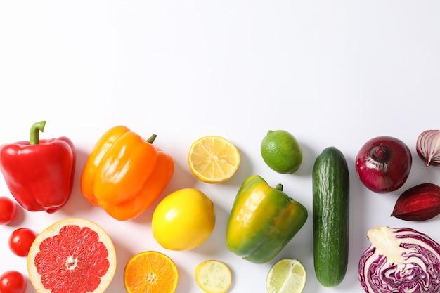 Plat lag met groenten en fruit op wit