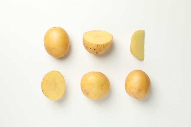 Plat lag met jonge aardappelen op wit oppervlak