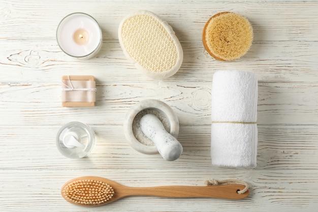 Plat lag met spa-accessoires op wit hout. lichaamsverzorging