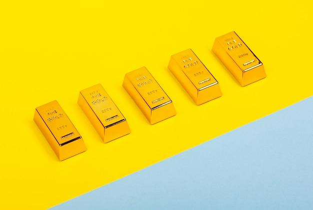 Plat lag met staven van goud