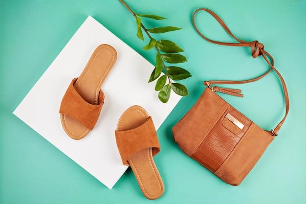 Plat lag met vrouw casual sandalen voor lente zomer seizoen