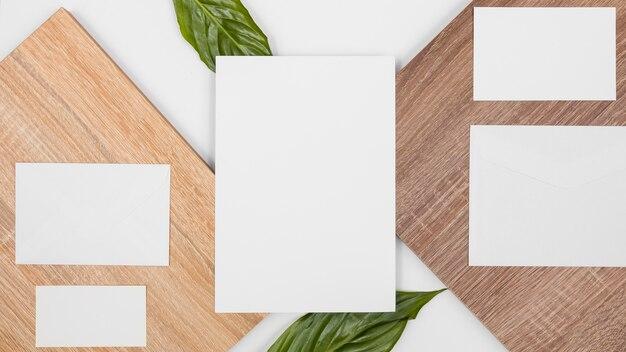 Plat lag minimaal assortiment met witte kaarten en bladeren