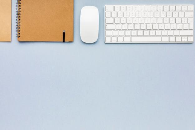 Plat lag minimalistische zakelijke regeling op blauwe achtergrond met kopie ruimte